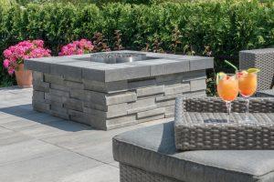 terrasse avec pavés et blocs
